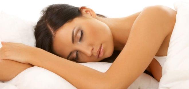 La almohada en una misma posición lleva a la aparición de arrugas