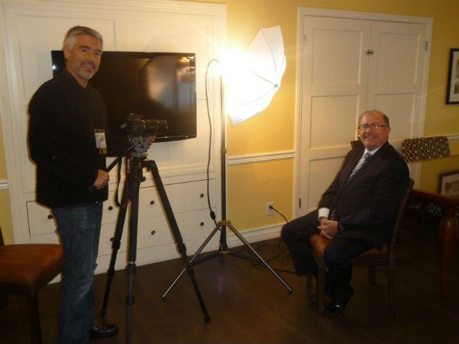 Mariano Bueno entrevistado por el Director de Under Our Skin