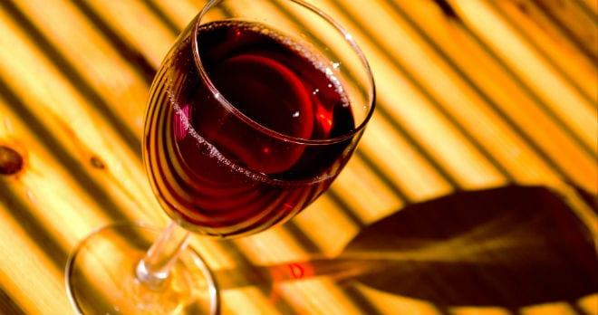 Tomar vino de forma moderada previene la osteoporosis en mujeres